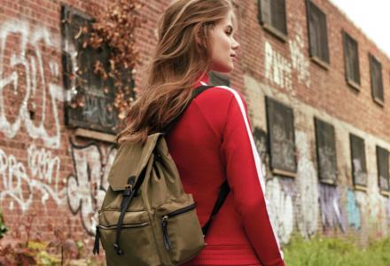 Ruksak miesto kabelky - trend, ktorému dávajú zelenú aj fyzioterapeuti